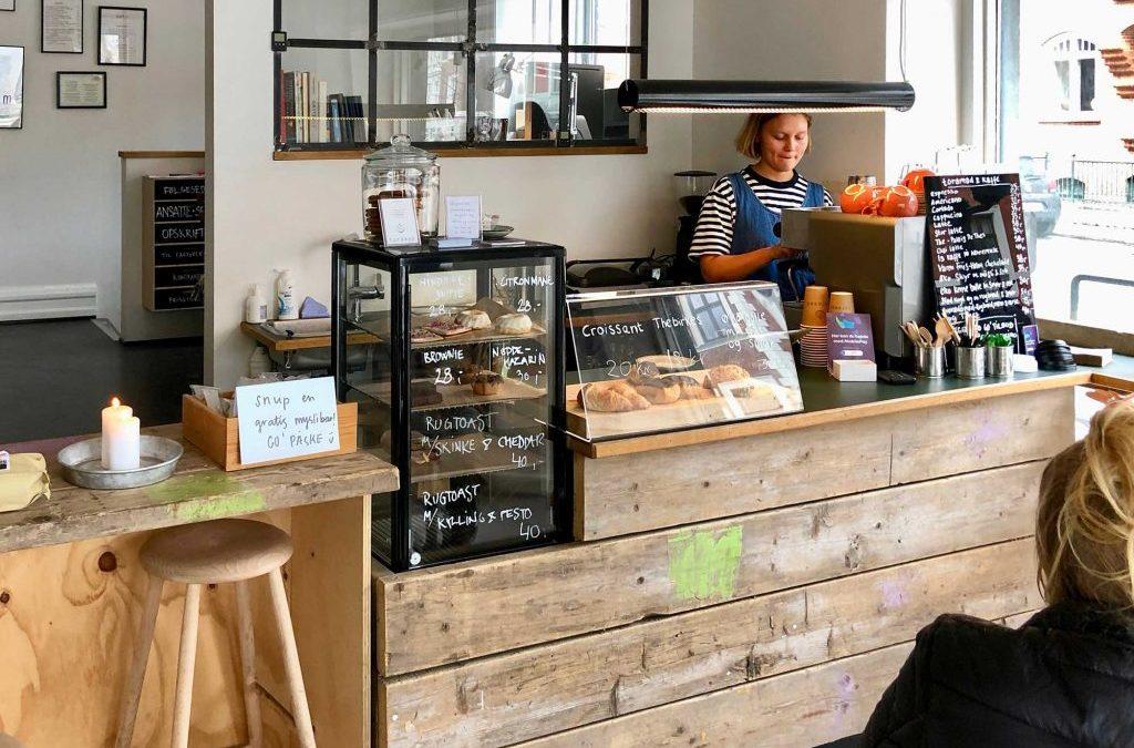 Mangler du to go-kaffe til gåturen? Toras café har den perfekte beliggenhed