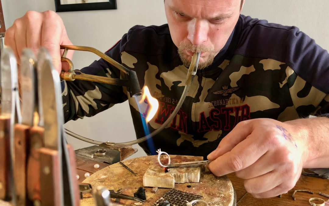"""Daniel producerer håndlavede diamantsmykker på Frederiksberg: """"Hos Hearts and Arrows er håndværket og kunden i fokus"""""""